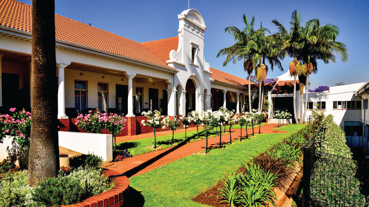 Zuid-Afrikaans_Hospital_done_by_the_garden_group